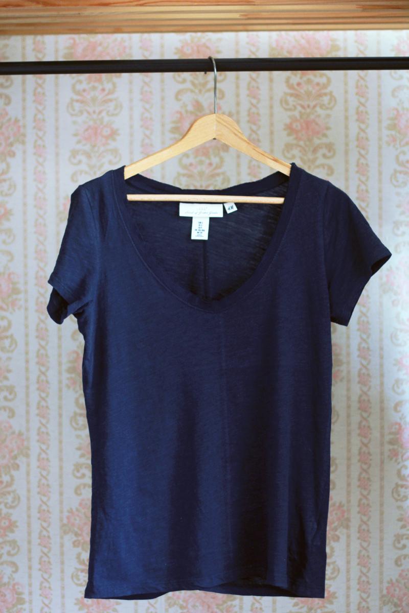 ec8cea69b95438 Aż trudno uwierzyć, że t-shirt z kolekcji reklamowanej jako przyjazna dla  środowiska wytrzymał dwa prania. Dwa prania! Gdy wyjęłam go z pralki i  wysuszyłam, ...