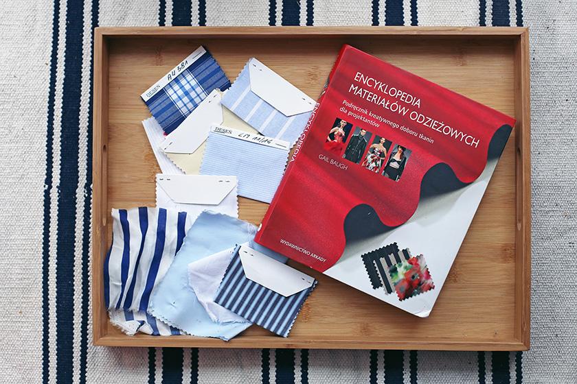 Próbki materiałów oraz książka opisujące rodzaje tkanin